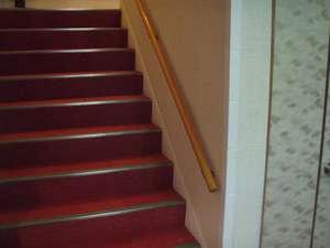 1F~2F階段:18段の階段にですが年配の方やお子様へ手すりと滑り止めを施してございます。