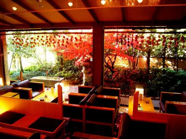 【ロビー】秋には、前庭の紅葉が美しい