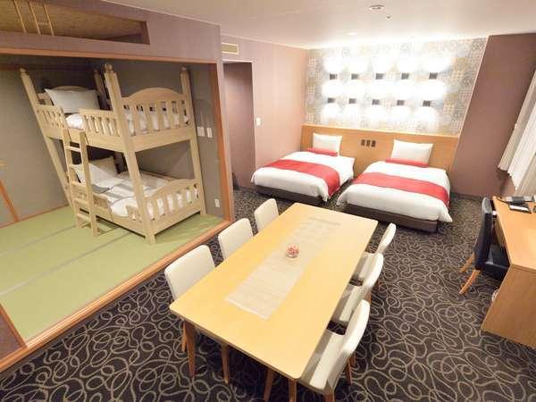 【グランドファミリールーム】ベット×2+二段ベット+畳スペースで6名様まで宿泊可能!