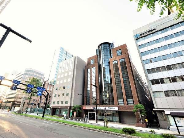 『NTT』さんと『りそな銀行』さんの間にある、札幌市中央区北1条西4丁目、三甲大通公園ビルの4階
