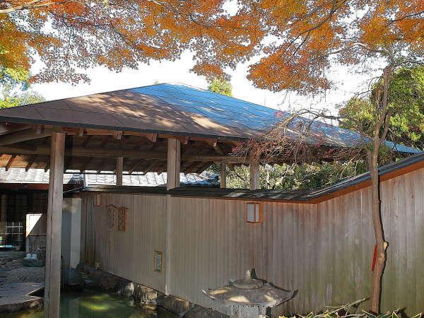 ※紅葉の露天風呂。大浴場とは離れた庭園にあり、森林浴効果も♪
