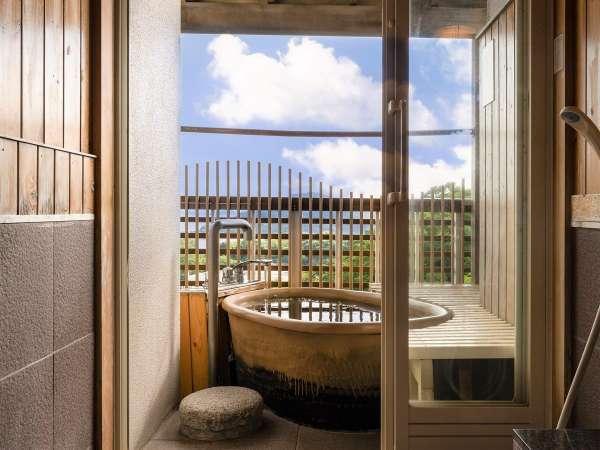 露天風呂付きのお部屋では、お好みの時間に鳥羽湾を眺めつつご入浴を…♪