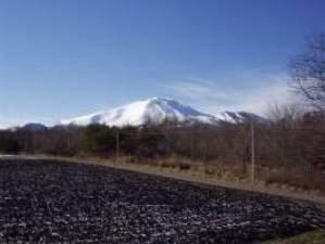 部屋から望んだ爽快な冬の浅間山