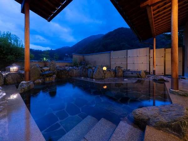 網掛け山を背にして自然豊かな露天風呂をどうぞ。