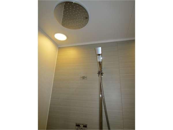セパレートタイプのバスルームにはレインシャワーもございます。