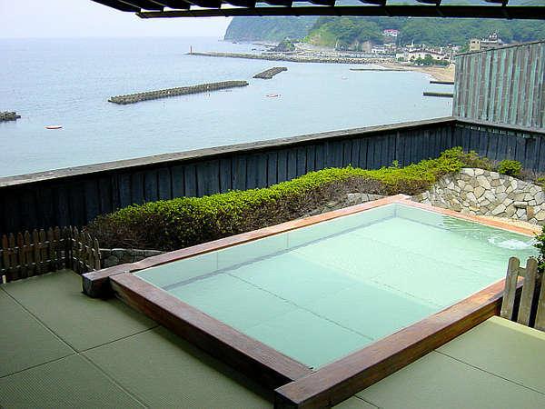姫の湯『露天風呂』※浴槽の中も水畳を使用しております。座り心地は石や木よりも柔らかいです。