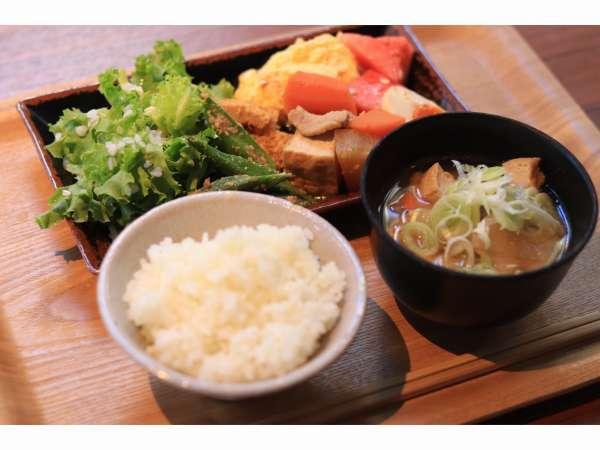 朝食は徳島の食材をふんだんに取り入れた日本食を中心とした