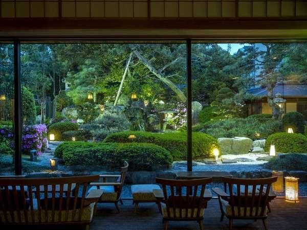 ラウンジ【日本庭園を眺めながら御寛ぎ頂けます】