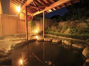 昼間とはまた違った雰囲気が漂う、夜の露天風呂。心もカラダも落ち着きます。