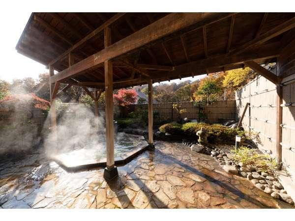 紅葉シーズンの露天風呂