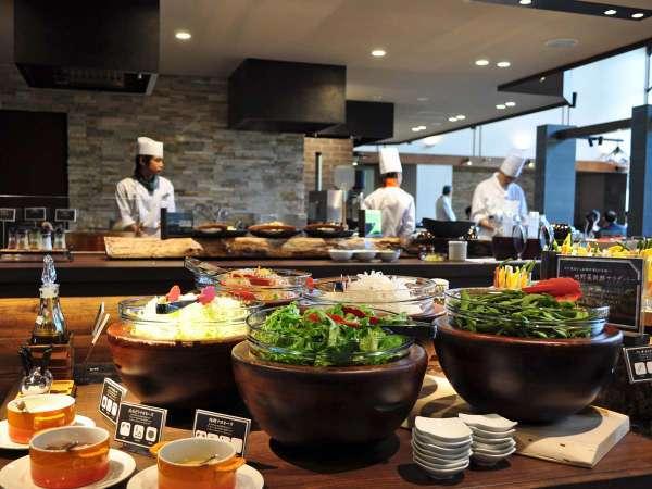 【レストラン】石窯ダイニング 白樺では旬の素材を使ったビュッフェメニューを提供