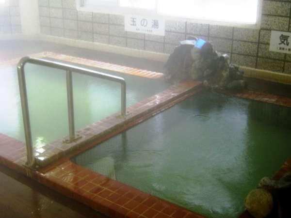 日本の名湯登別カルルス。木の床に寝転んで湯船から温泉をかけて寝湯でリラックス。