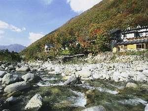 渓流沿いに佇む一軒宿。露天風呂は混浴露天・無料の貸切露天など7種。