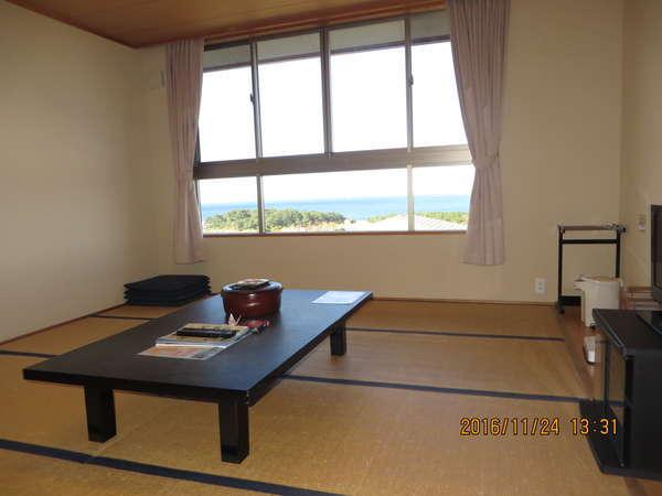 本館和室 窓からは玄界灘が一望出来ます。