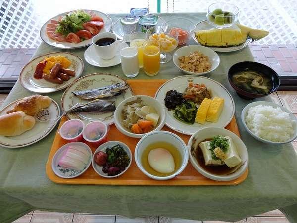 朝食は和洋バイキング形式。写真は一例です。