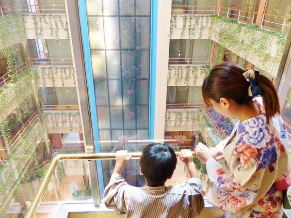 エレベーターから見る吹き抜けアトリウム