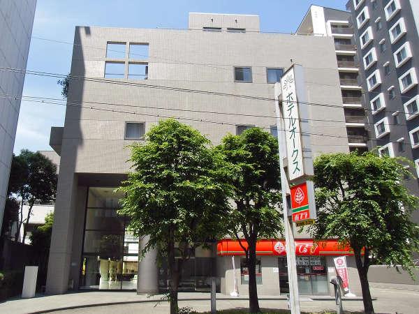 1階にはホテル直営コンビニを併設。コンセプトは「コンビニ&HOTEL」