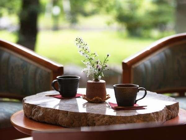 翡翠の石板をあしらったテーブル。コーヒーラウンジで寛ぎの時を・・・