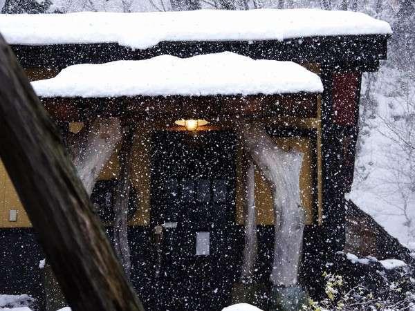 雪が舞う貸切露天風呂の外見。扉の向こうはかけ流しの雪見風呂ですよ!