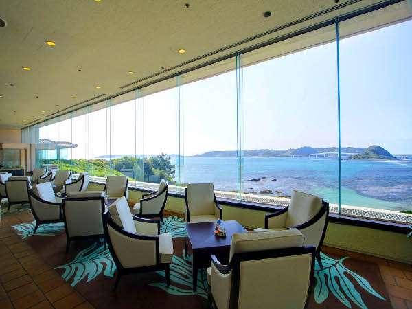 ティーラウンジからの眺望。大きな窓一面に広がるコバルトブルーの海をご覧いただけます。