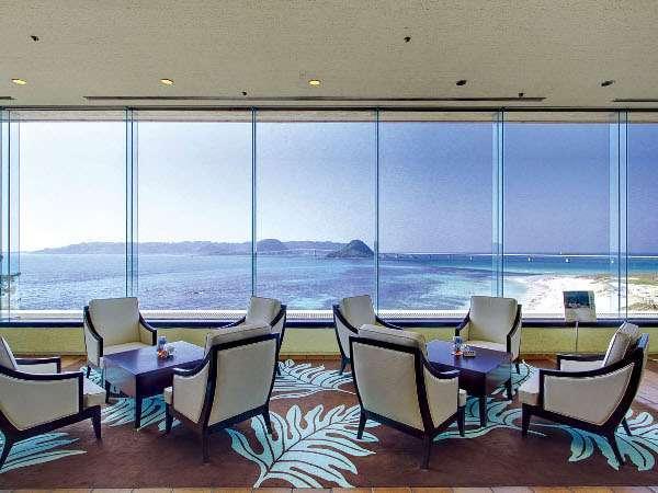 ラウンジからの眺望。大きな窓一面に広がるコバルトブルーの海をご覧いただけます。