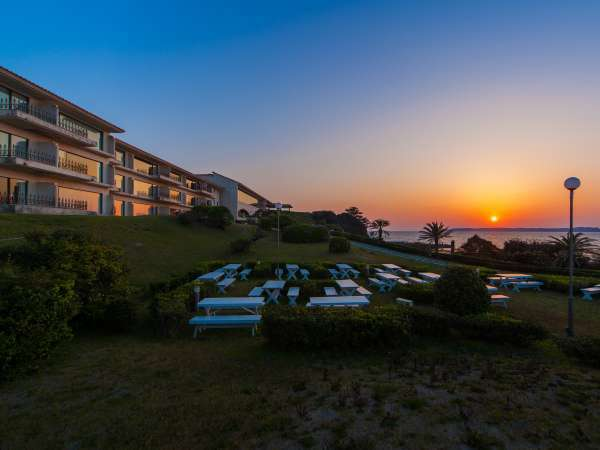 コバルトブルーの海をのぞむリゾートホテル。日の入りの絶景をぜひご体験ください