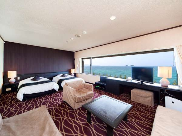 全室オーシャンビュー(洋室の一例)ベッド2台とソファベッド2台の客室です。