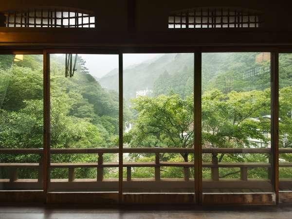 【水雲閣】御在所岳を見渡し、静寂にみちる。自然に癒されるひとときを