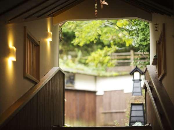 """門をくぐると""""非日常""""へと誘う日本庭園がお出迎え――。"""