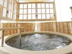【女性大浴場】木の温もりが感じられる露天風呂大浴場です。