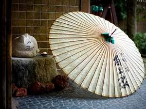 【エントランス】昭和の良さを感じる外観。昭和初期の趣を残す玄関口でございます。