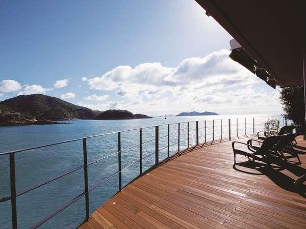 瀬戸内海の心地良い風と波の音が魅力的なデッキテラス「海の桟敷」