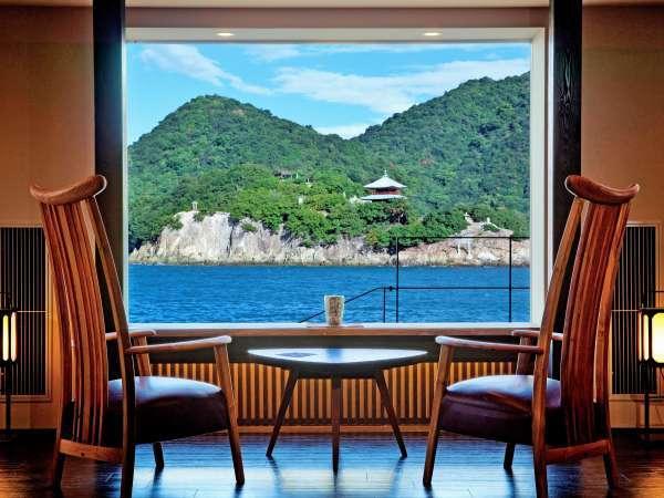 目の前には瀬戸内海に浮かぶ弁天島、仙酔島の景色をお愉しみ頂けるロビー。