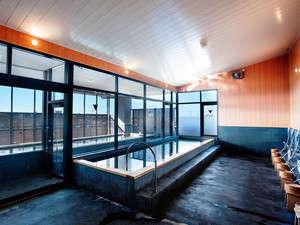 5F 大浴場。目の前に広がる大パノラマを良質な温泉と共にお楽しみください。