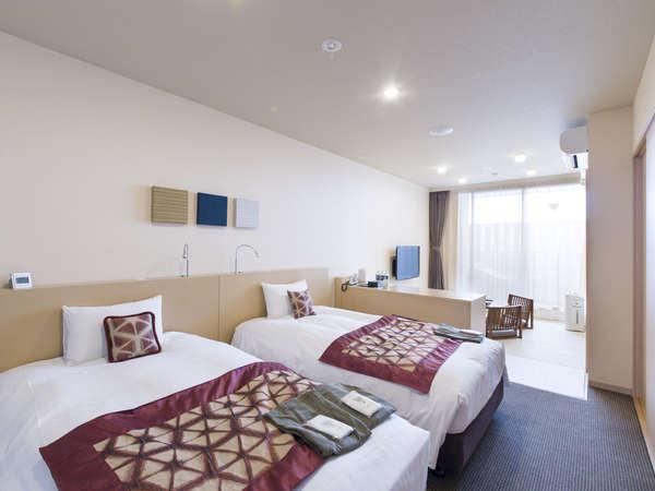 天然温泉露天風呂付きのツインベットタイプのお部屋に和室の付いた4名様までご利用いただけるお部屋です