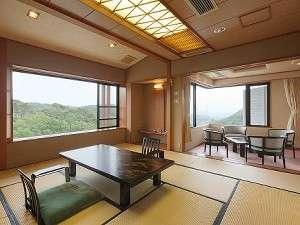 角部屋2間続きの特別室。おしゃれな展望風呂がうれしい。