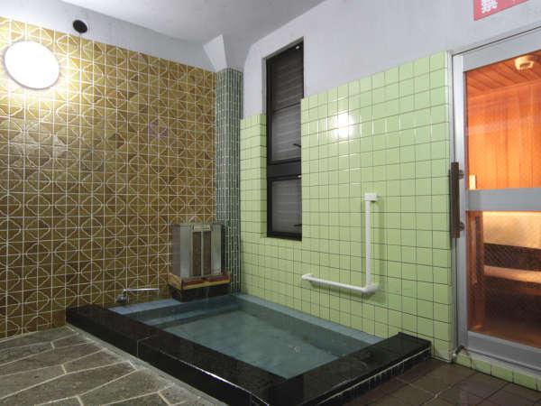 《サウナ付き男湯》お風呂は疲労回復効果のあるカルシウム石温泉。ゆっくり旅の疲れを癒してください。