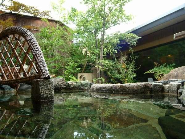 茶庭風露天風呂で緑を愛でる