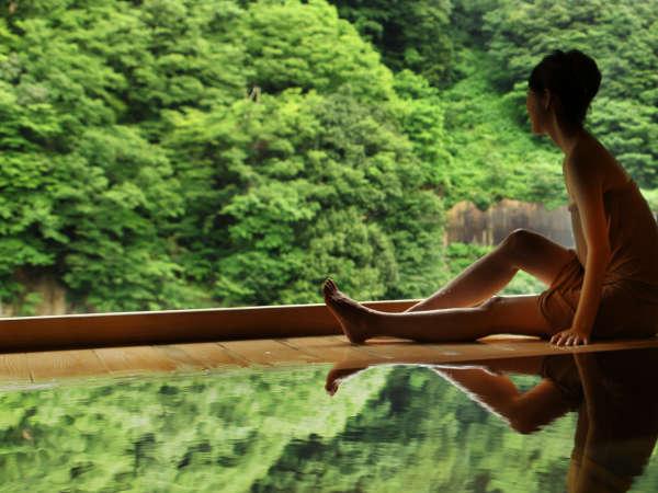【露天風呂】まるで絵画のような峡谷美。  樹齢400年の檜の露天風呂「華の湯」