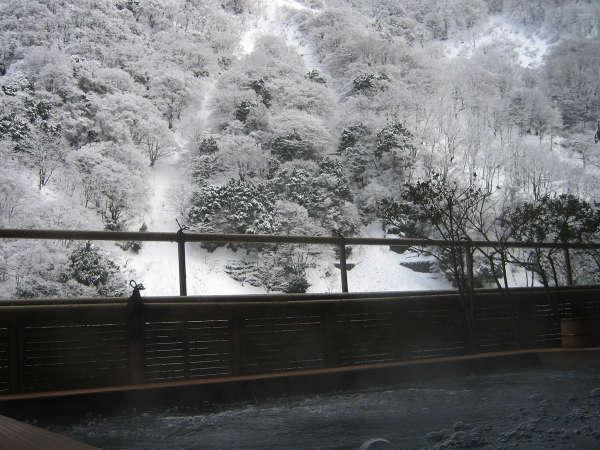 【琴音の湯】冬の透き通る空気と水墨画のような雪景色。
