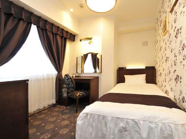 【シングルルーム】広さ約11平米・ベッド幅110cm 3階は落ち着いたダークブラウンのお部屋です。
