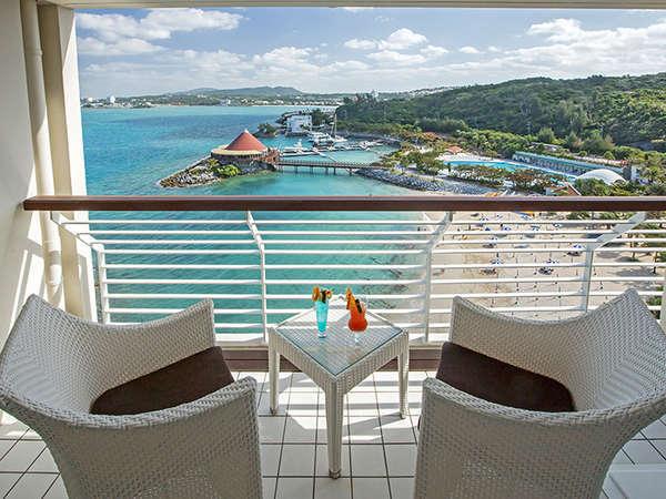 【客室からの眺め】コバルトブルーの海☆青い色に包まれる心地よいお時間が流れます。