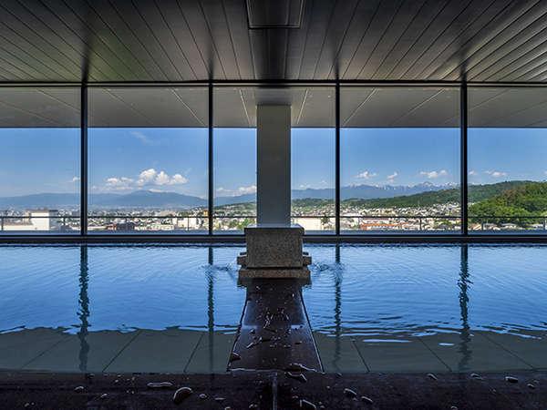 【onsen hotel OMOTO】旅館のくつろぎとホテルの身軽さを備えた宿。最上階の温泉が人気