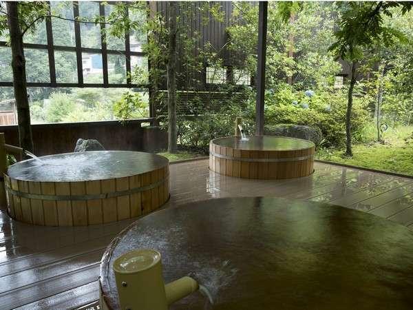 2016年リニューアルした吉祥の湯桶風呂。湯船から贅沢にあふれる源泉を楽しめます。