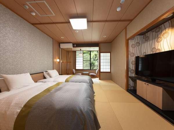 【和室ツイン一例】シモンズ製セミダブルベッド2台、50型のTV、靴を脱ぎ畳の部屋でゆったりと。