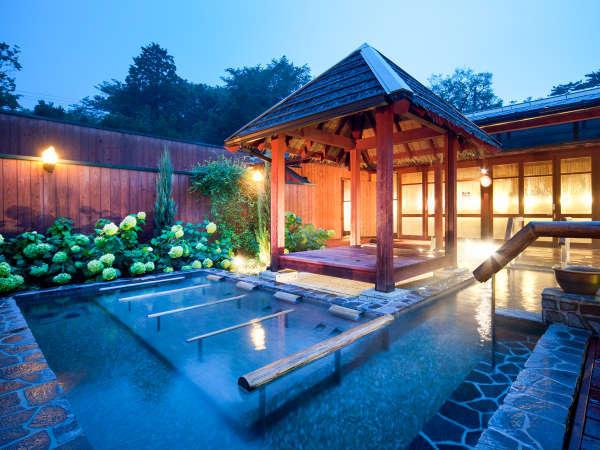 本館離れ露天風呂棟の温泉大露天風呂:夜は星空を見ながら、開放感を味わってください。