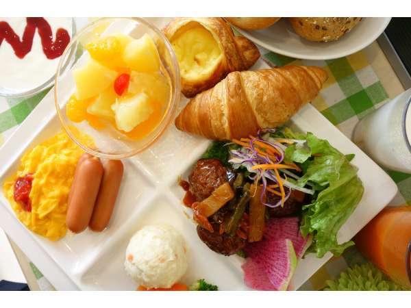 大人気!有機JAS認定野菜使用のサラダ&焼き立てパン朝食♪もちろんごはんもありますよ