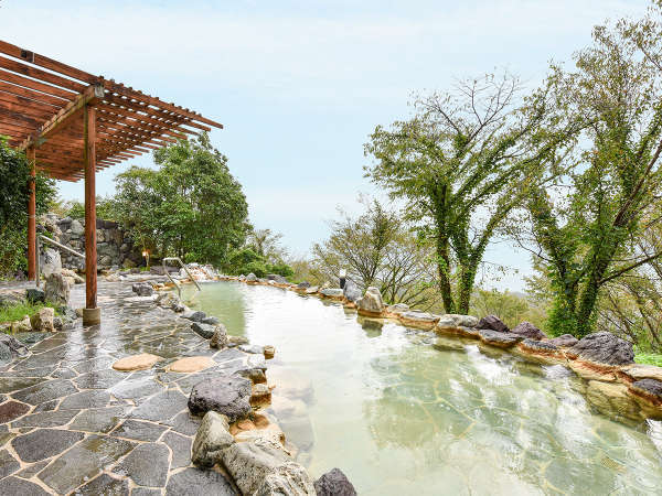 *【露天風呂】開放感あふれる人気の露天風呂。視界を遮るものがなくのびのびと寛げます。