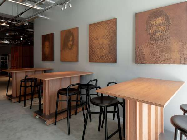 館内:6つのギャラリーが入居する開架式収蔵庫の他に、随所に個人作家作品が収蔵されています。