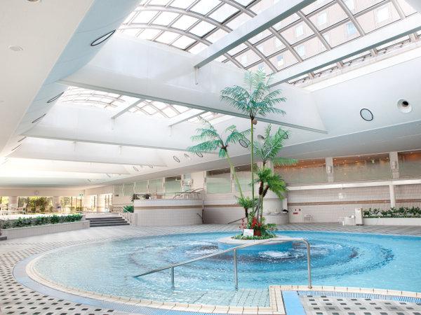 【プール・サウナ】ホテル屋内プールとしては西日本最大級。抜群の水質です。